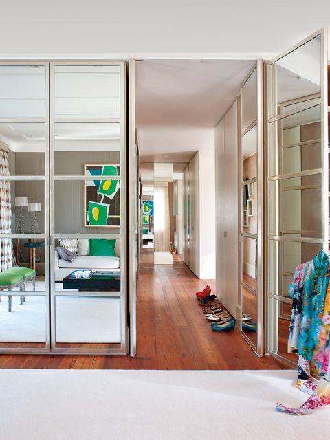 puertas de espejo, una solución que amplifica el espacio y potencia la luz