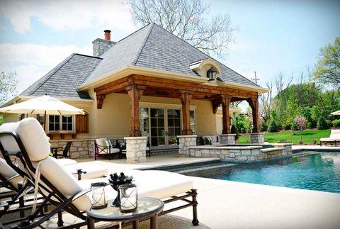piscina con porche en piedra y madera