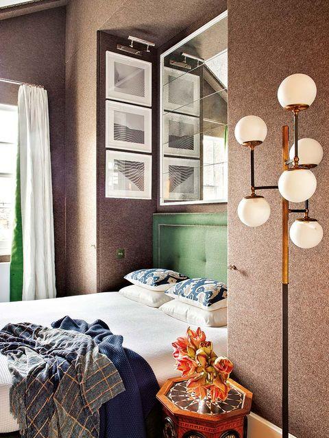 la pared entelada en lana merino camufla las puertas de los armarios