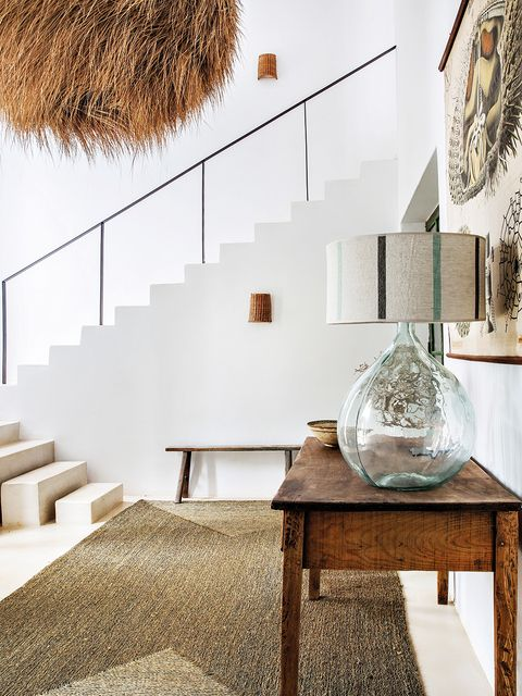 escalera con bloques de piedra independientes, y barandilla de hierro