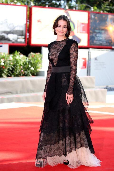 Red carpet, Clothing, Carpet, Dress, Fashion model, Flooring, Fashion, Gown, Formal wear, Premiere,
