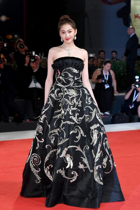 Fashion model, Red carpet, Dress, Carpet, Clothing, Gown, Fashion, Flooring, Strapless dress, Premiere,