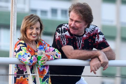 La presentadora María Teresa Campos y su pareja, el humorista chileno Edmundo Arrocet han disfrutado de un agradable paseo por las calles de Málaga. Como cada año, la presentadora sigue apostando por su tierra natal para su descanso estival.