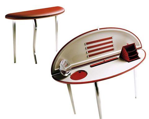 el escritorio feluca, para poltrona frau, con pies de acero y sobre de cuero, está lleno de coquetos detalles