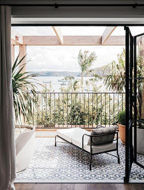 mirando al mar desde la terraza del dormitorio,