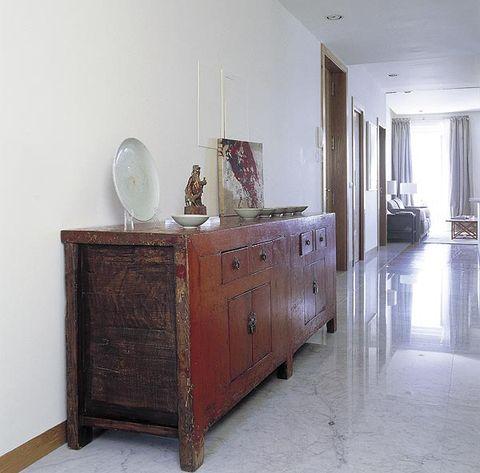 si tu pasillo es ancho, no lo dudes elige un mueble llamativo, como este aparador chino del siglo xviii