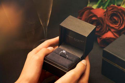 ラザール ダイヤモンドのエンゲージリングとリングボックス