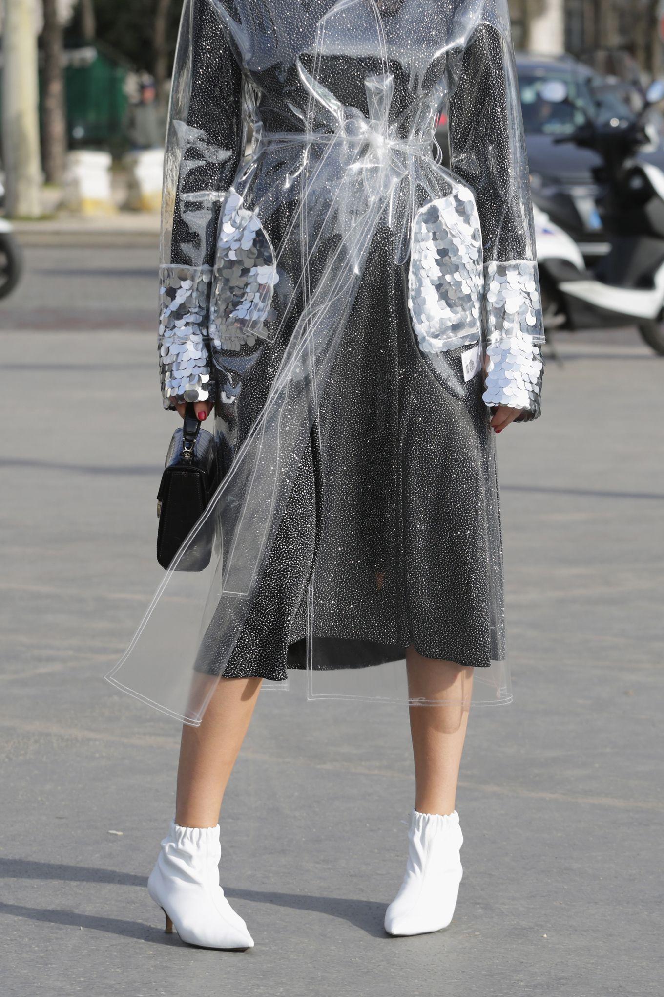 Con il PVC tieniti pronta a sudare ma anche a fare un figurone, la moda primavera estate 2018 ti vuole onesta e trasparente, senza trucco e senza inganno: con la moda di plastica si vede tutto.