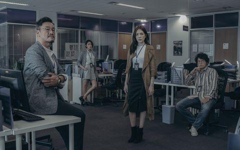 許瑋甯在netflix《誰是被害者》中身穿黑色窄裙扮演記者