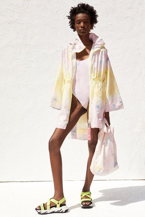 La colección cápsula de Zara elaborada con tejidos reciclados obtenidos de botellas de plástico.