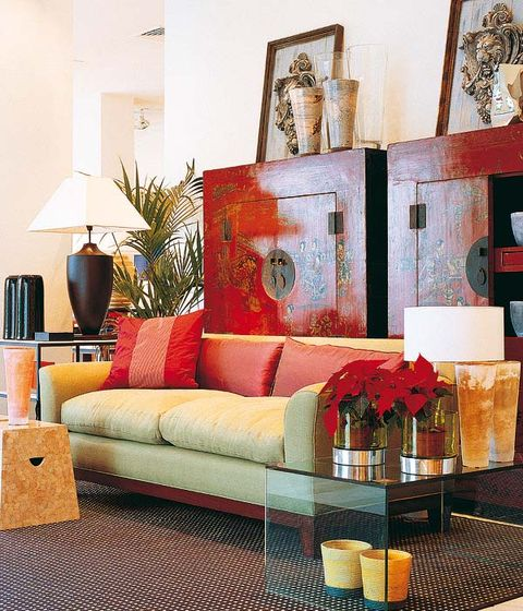 ambiente oriental con muebles chinos antiguos laqueados y el sofá barcelona, diseño del interiorista