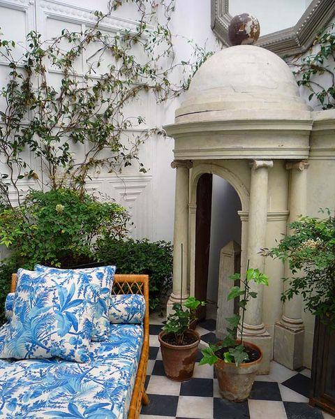con las plantas también se ha intentado seguir con la tradición jazmines, enredaderas, plantas nobles, muy de la época del edificio
