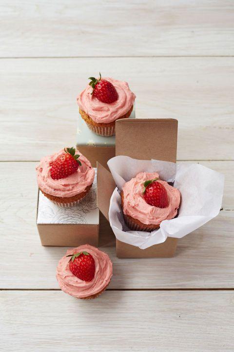 Food, Strawberry, Strawberries, Dessert, Buttercream, Dish, Cuisine, Sweetness, Icing, Cupcake,
