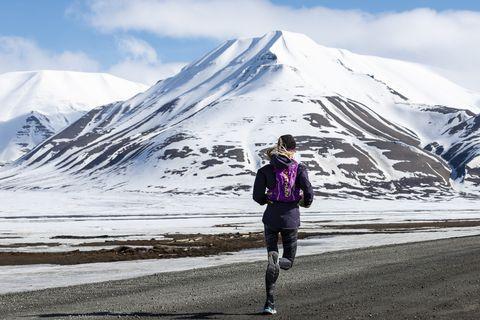 Hardlopen door de Arctische wildernis omringd door ijsbergen
