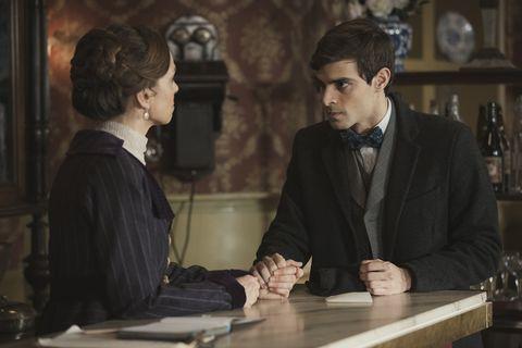 Felicia le cuenta a Emilio que Camino se ha marchado enAcacias 38