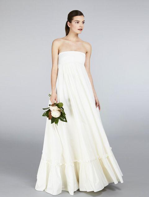 4a12c2100e91 Guarda gli abiti da sposa bellissimi e scopri i modelli più trendy per  l estate. ok. Abito lungo con bustino costruito in raso ...