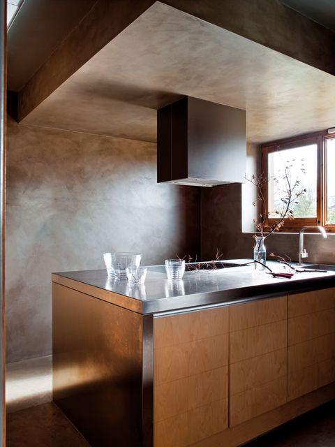 se unificó paredes y techo a base de microcemento teñido en un tono gris desvaído