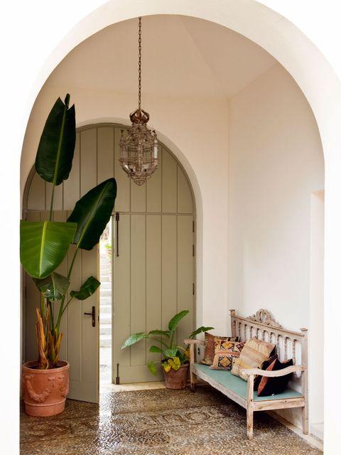 puerta de arco, banco de madera, suelo de piedra, farol antiguo marroquí