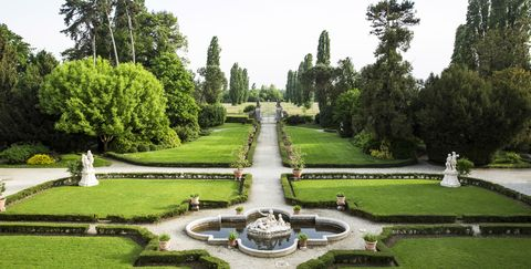Garden, Estate, Fountain, Botanical garden, Tree, Building, Reflecting pool, Palace, Architecture, Park,