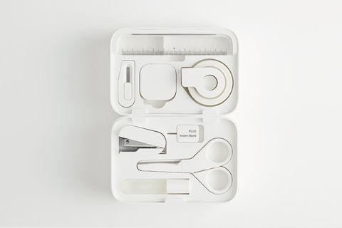 白色的小白盒裡有各式各樣的文具