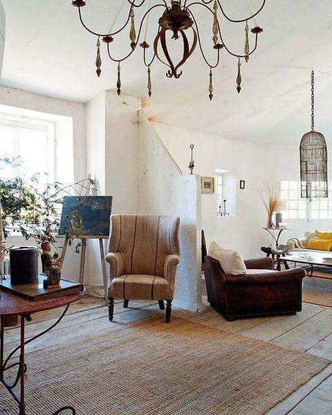 aquí, el encanto reside en el sillón orejero inglés, con su curiosa forma y tapicería de lino antiguo