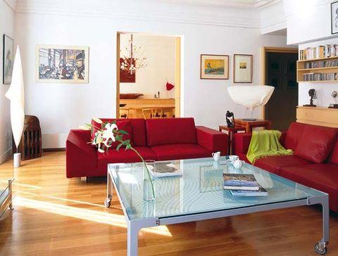en el salón, mesa y sofás de diseño italiano
