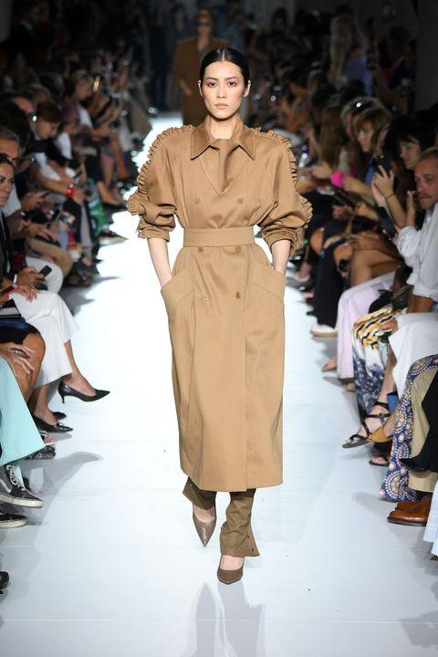 Fashion model, Fashion show, Fashion, Runway, Clothing, Fashion design, Shoulder, Public event, Haute couture, Human,
