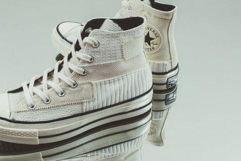 Converse 經典鞋款 Chuck 70 HI 作為原型,左右不對稱的設計也讓整體更有質感。