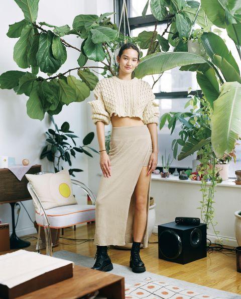 Shoulder, Table, Leaf, Waist, Style, Knee, Beige, Trunk, Abdomen, Baggage,