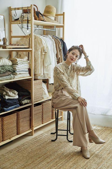 Shelf, Shelving, Sitting, Fashion, Knee, Foot, Beige, Ankle, Vintage clothing, Toe,