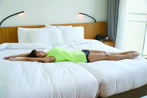 韓國第一健身女王「短時高效」10個床上伸展運動