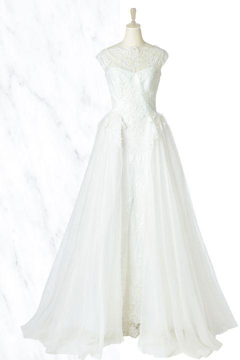 「アンテリーベ」取り扱いの、デコルテのレースやフレンチスリーブがエレガントな「エリザベッタ・ポリニャーノ」のドレス