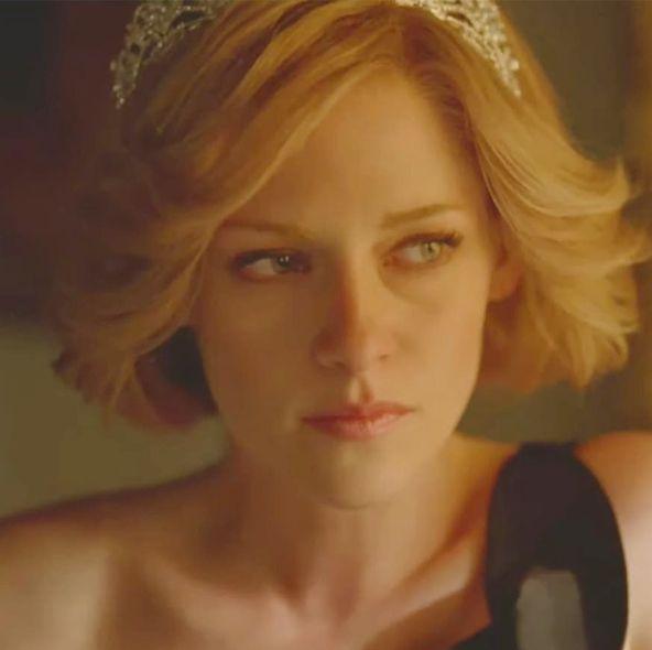 《黛妃》正式預告登場!克莉絲汀史都華以「荷葉邊公主婚紗、絲質復仇黑裙」巧妙還原黛安娜王妃經典造型