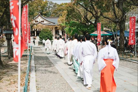 Kannushi, Temple, Shinto shrine, Place of worship, Shrine, Temple, Tradition, Event, Costume, Ritual,