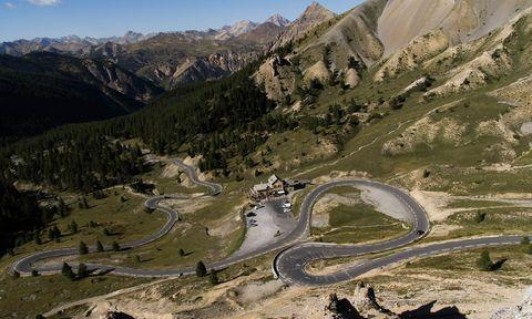 Mountainous landforms, Mountain pass, Mountain, Road, Mountain range, Geological phenomenon, Highland, Ridge, Valley, Infrastructure,