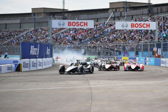stoffel vandoorne bel, mercedes benz eq, eq silver arrow 02, leads oliver rowland gbr, nissan edams, nissan imo3, alexander sims gbr, mahindra racing, m7electro, and the rest of the field away at the start