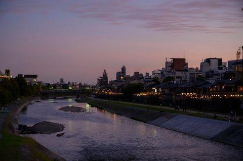 9月後半に入り、京都は日中は日差しは強いものの、吹く風はからりとしていて夜に聞こえる虫の声にも秋の訪れを感じます。鴨川の床は9月いっぱいまで、季節の移り変わりをしみじみと愛でるひとときを過ごしてみてはいかがでしょう。