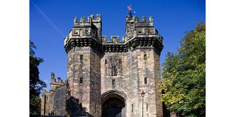 Landmark, Medieval architecture, Castle, Building, Architecture, Historic site, Turret, Stately home, Château, Sky,
