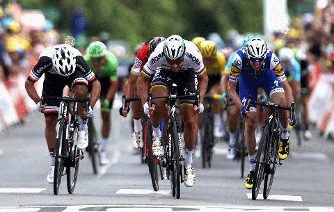 Peter Sagan Slips, Recovers, Wins Tour de France Stage 3