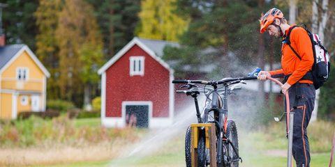 Bicycle, Cycling, Vehicle, Cycle sport, Bicycle wheel, Mountain bike, Recreation, Tree, Endurance sports, Grass,
