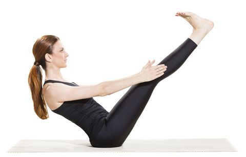 woman doing v-up exercise