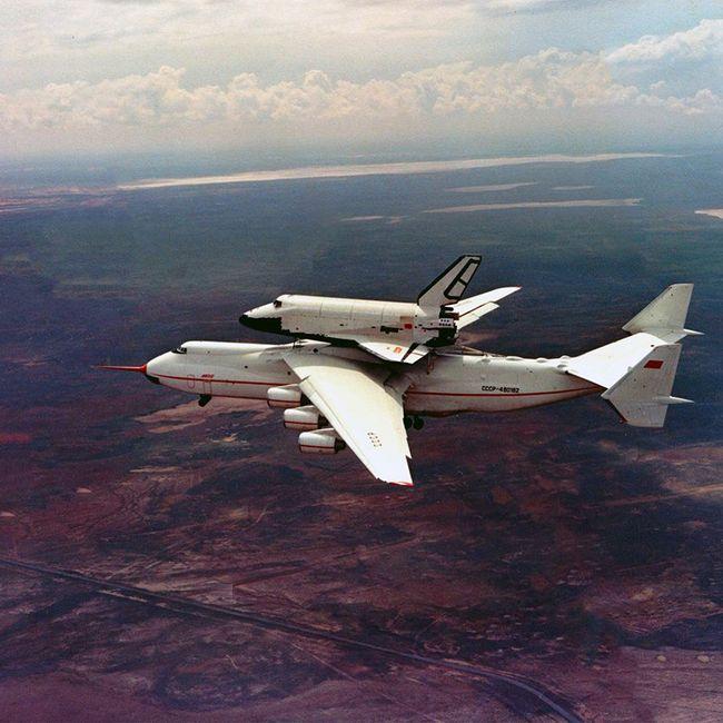An-225 transportando o ônibus espacial Buran. Essa era a missão original do Mriya até o encerramento do programa Buran-Energia.