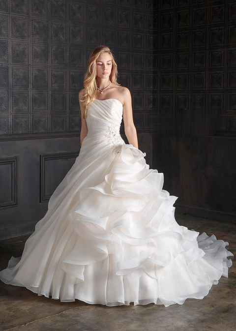 ブライダルハウスtutuのリボンとフリルのドレス