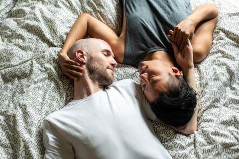 愛,心安らぐポジション,ハグ,ベッド 抱き合う,密着,
