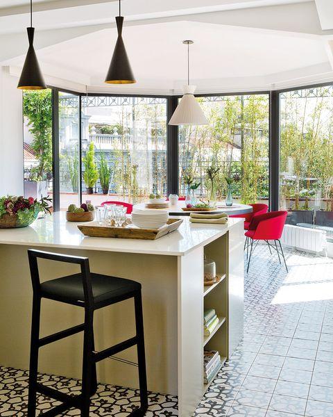 cocina con office acristalado