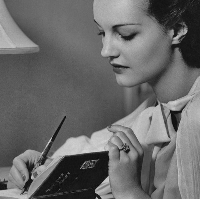 actrice rochelle hudson schrijft in boekje in de jaren 30