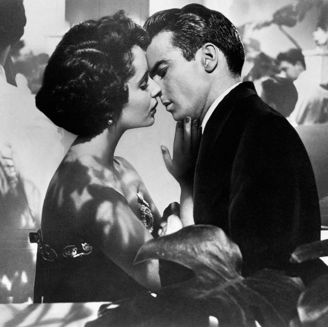 elizabeth taylor and montgomery clift in a scene from the movie 'a place in the sun' california, 1951,  mondadori\everett collection aa361900
