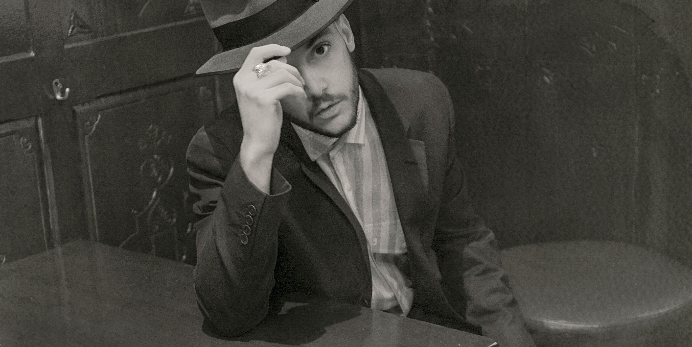 C. Tangana sexy, elegante, retro, seductor, hot, con sombrero