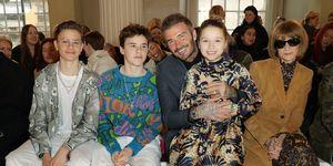 De familie van Victoria Beckham frontrow bij haar show in Londen.