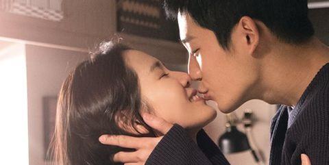 Kiss, Interaction, Romance, Forehead, Love, Black hair, Cheek, Gesture, Lip, Mouth,